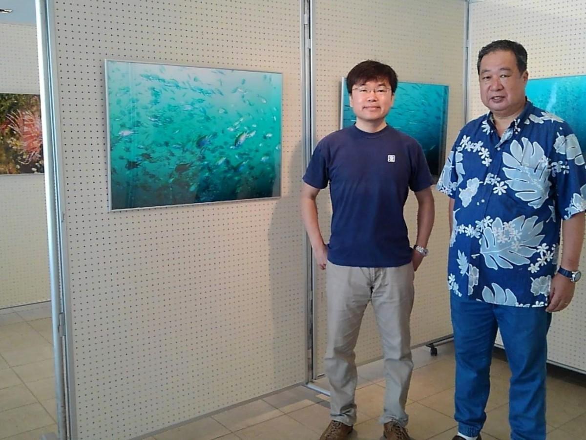 (左から)総合研究大学院大学生命共生体進化学専攻助教の寺井洋平さんと会場設営中の長島敏春さん