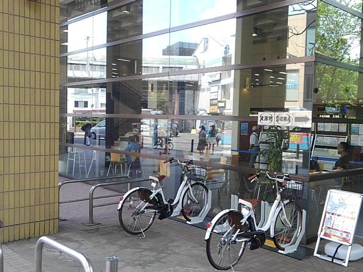 逗子市役所の玄関横に設置されたシェアサイクルのサイクルポート