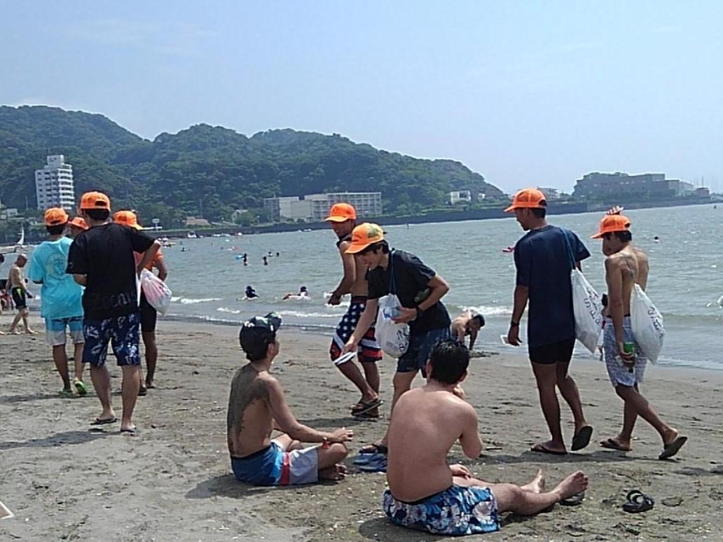 海水浴客に喫煙防止を呼び掛けるウエットティッシュを配布しながらパトロール