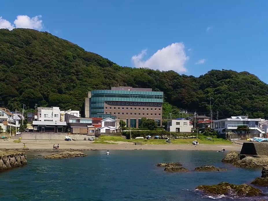 (写真中央)海岸の目の前に建つ、元アサヒビールの研修施設(地下1階付6階建)がリノベーションされた(提供=葉山うみのホテル)