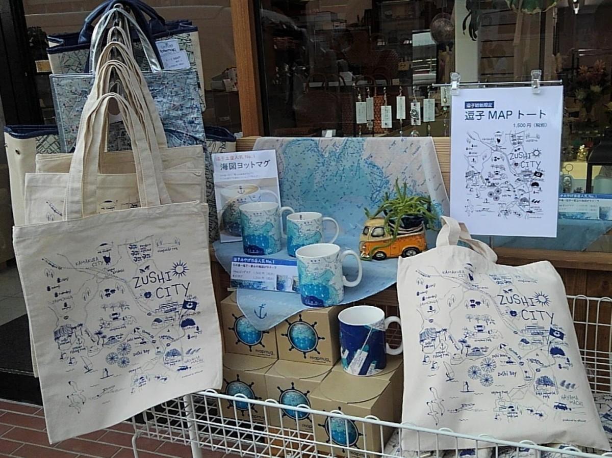 逗子のMAP(マップ)トートバックと江の島から逗子・葉山の海図をデザインしたマグカップやスカーフ。どれも店オリジナル商品