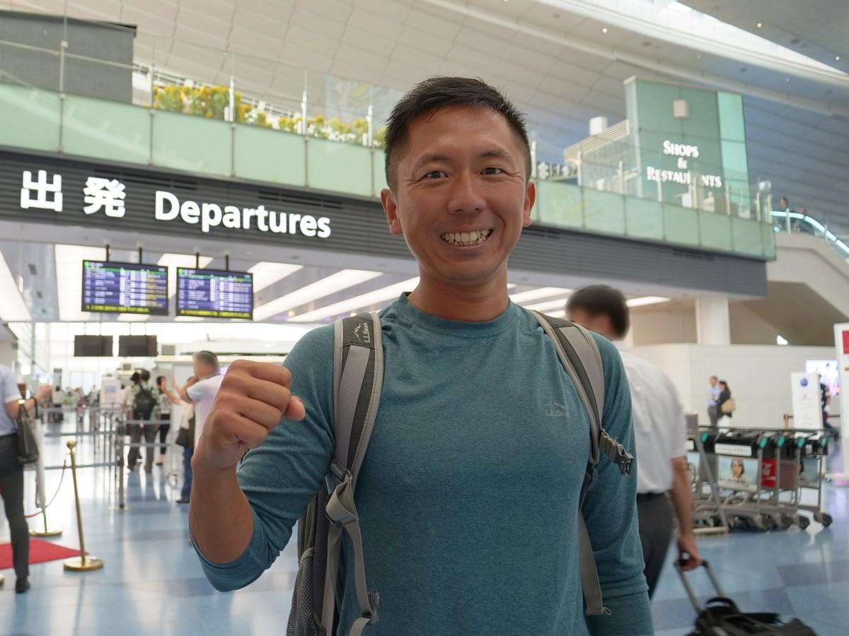 フランスに向けて羽田空港を出発する鈴木晶友さん(提供=田中慶幸さん)