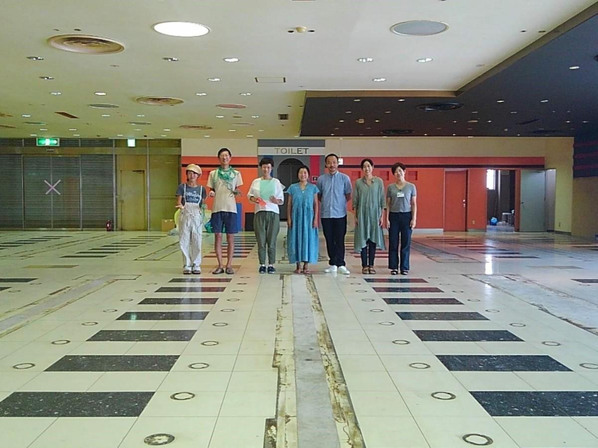アートフェスのメイン会場となる「スーパーマーケット スズキヤ逗子駅前店」2階「ニュー松屋」跡、それ以前はボーリング場