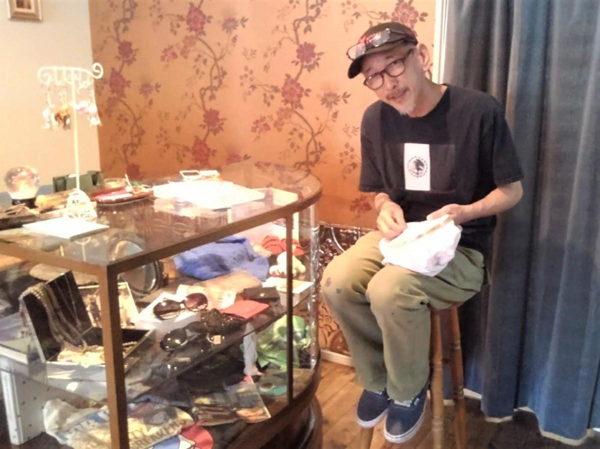店長の森本敏弘さん。店内で刺しゅう中