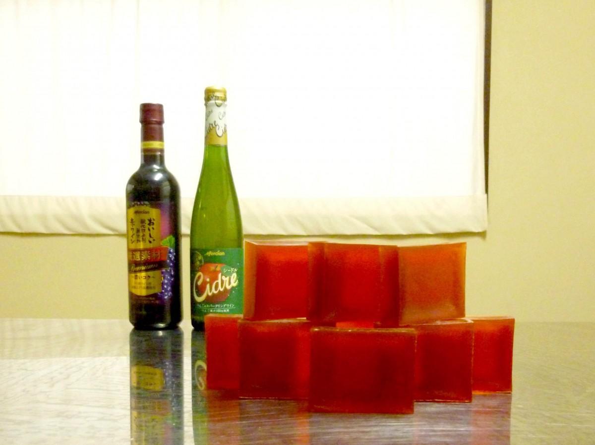「メルシャン」のワインを使用して試作中の「城南ワイン石けん」(提供=湘南石鹸)