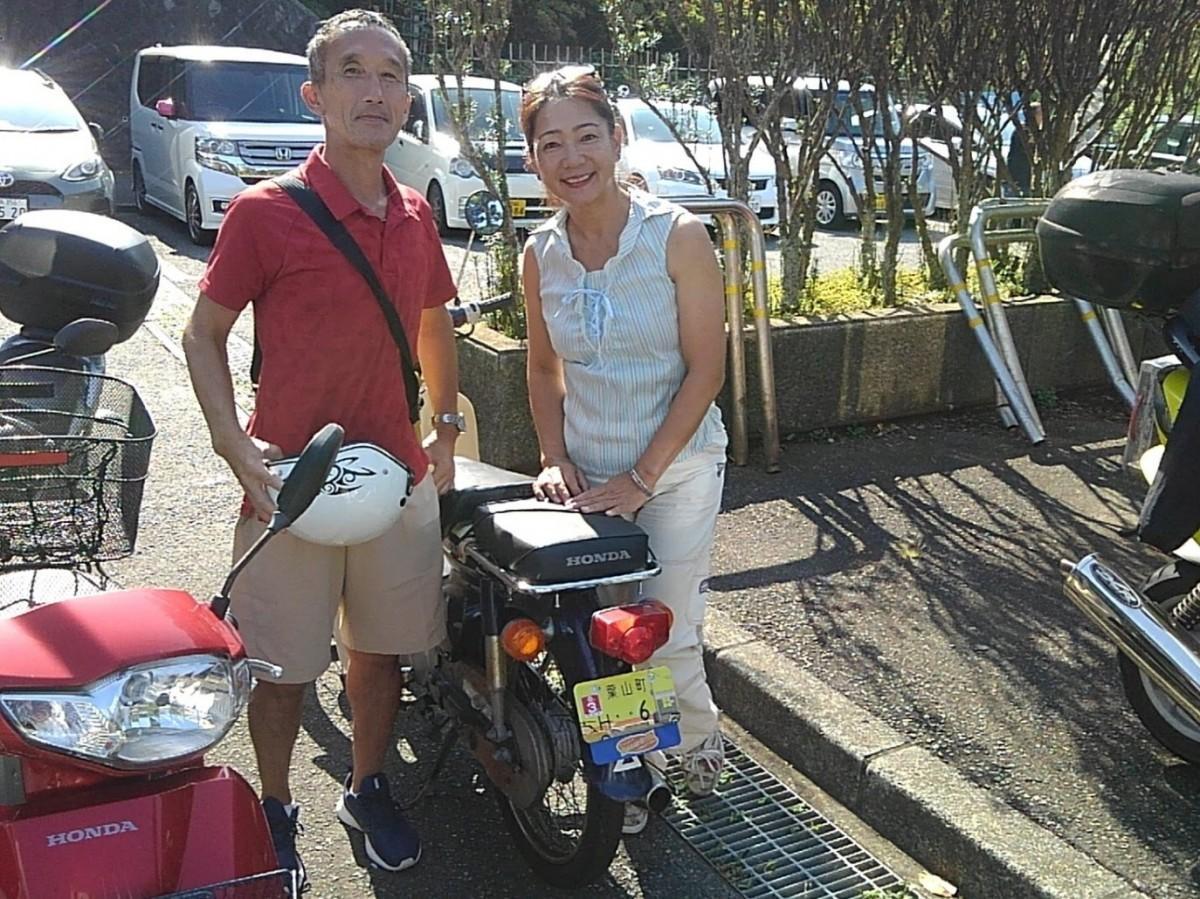 (左から)縁のある番号を手に入れた長谷川雅之さんとオリジナル原付ナンバープレート事業を提案した土佐洋子さん