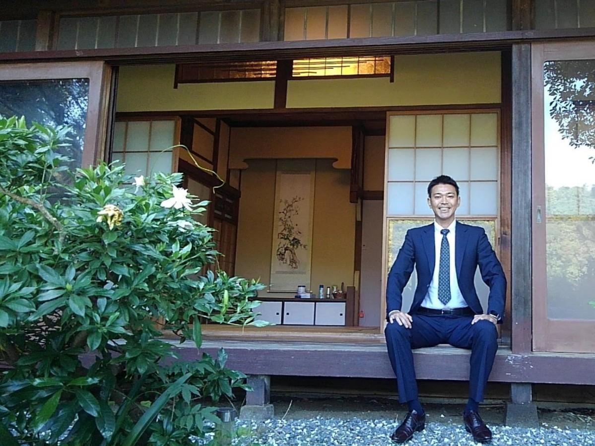 「逗子海岸 古民家」の管理者、白川喜寛さん。映画のワンシーンでも使われた縁側で