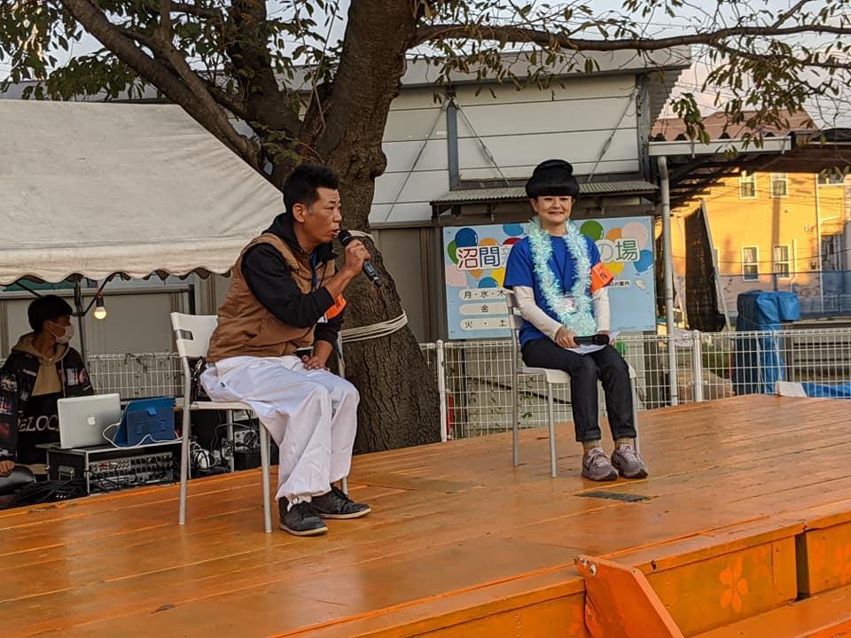 小宮建装の小宮武さんと黒柳徹子に扮した青年部副部長の田中美乃里さん。ステージ上、トークショーで(提供=逗子商工会青年部)