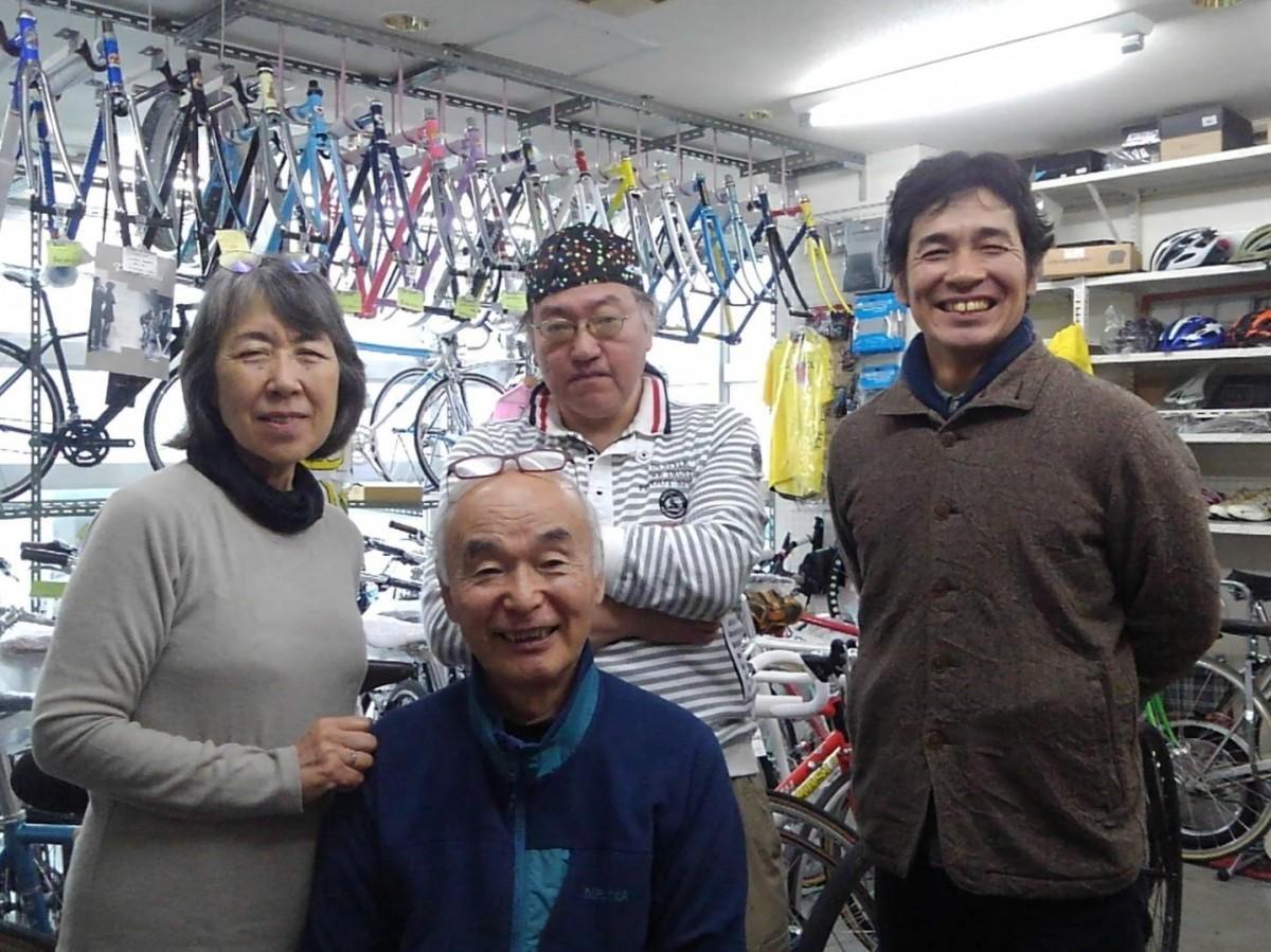 (左から)主催者の島村京子さん、満壽夫さん、西野栄浩さん、門脇大作さん。「しまむらサイクル」2階で