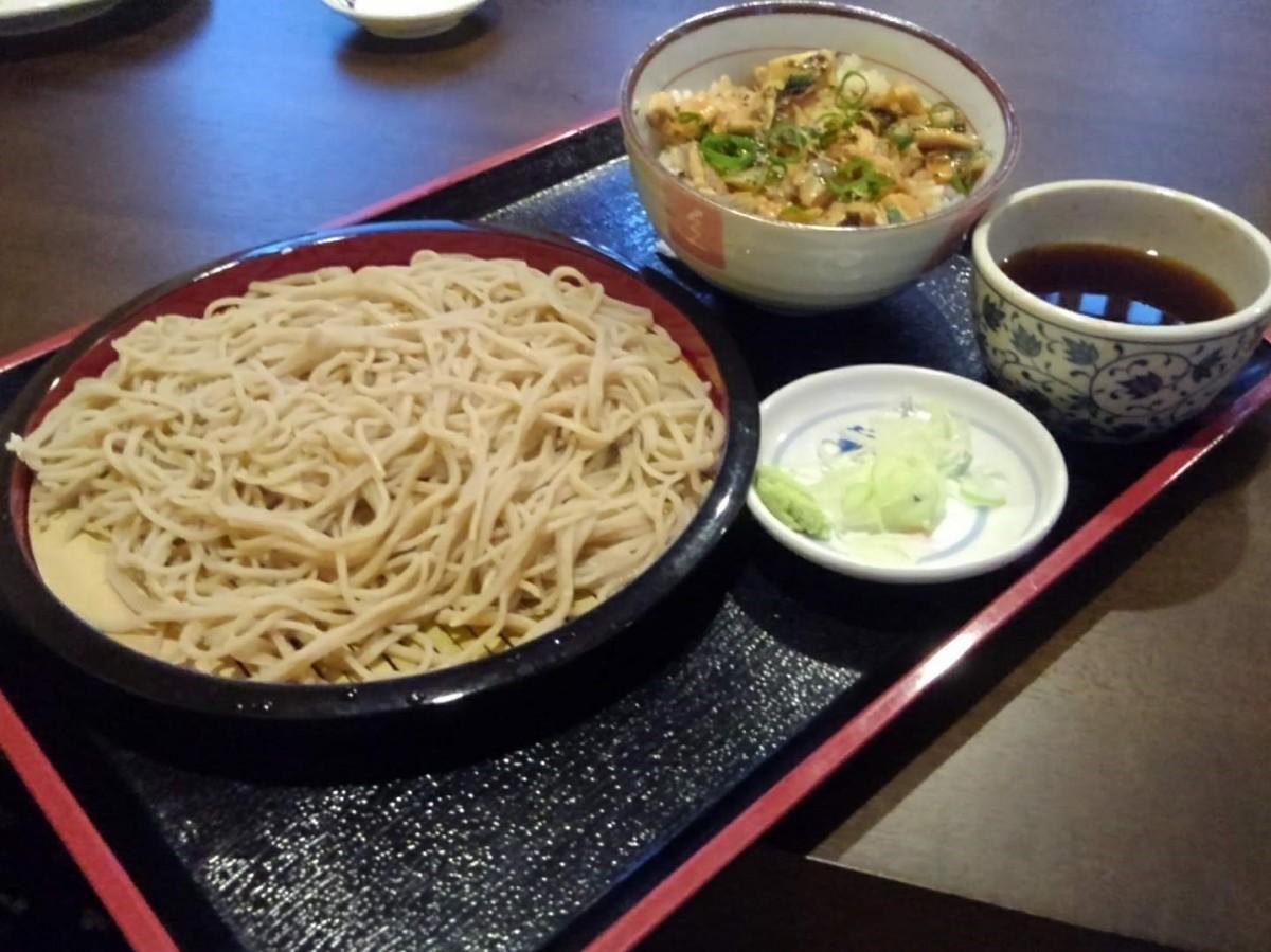 注文の多いセットメニューの1つ、「盛りそばとミニ丼(きざみ穴子丼)」(1,100円)