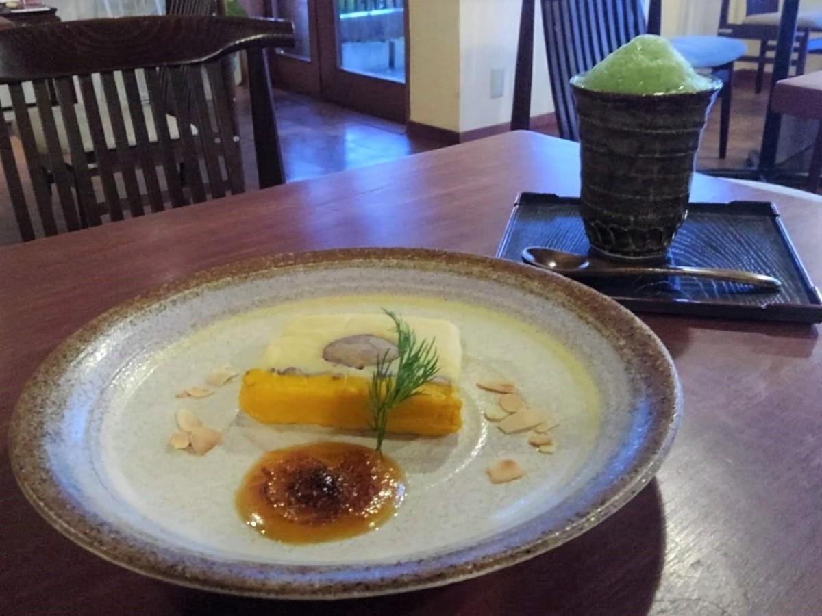 サツマイモにラム酒、カボチャにはバニラなどを効かせた2層の季節限定「スウィートポテトのテリーヌ」(ソースは特製の「玉子みそ」)と「寿月堂の抹茶」セット、1.000円