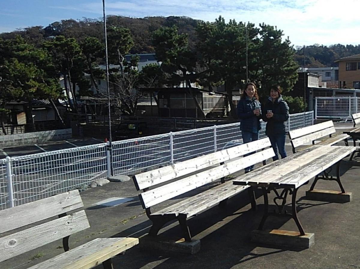 (左から)会場となる黒門駐車場オーナーの村岡恵美子さんと伊藤由利子さん姉妹