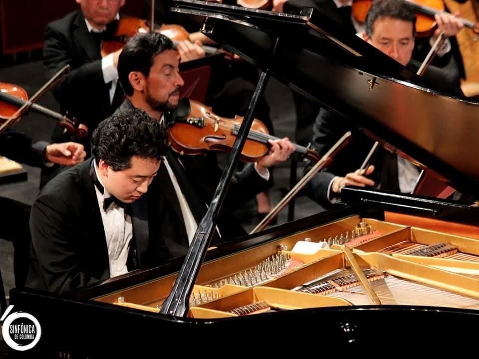 「湘南クラシックアーティストパラダイス」会長、澤田エリザさんの支援を受けて葉山でピアノリサイタルを開く鈴木隆太郎さん(提供=鈴木隆太郎さん。2018年コロンビア国立交響楽団との演奏会)