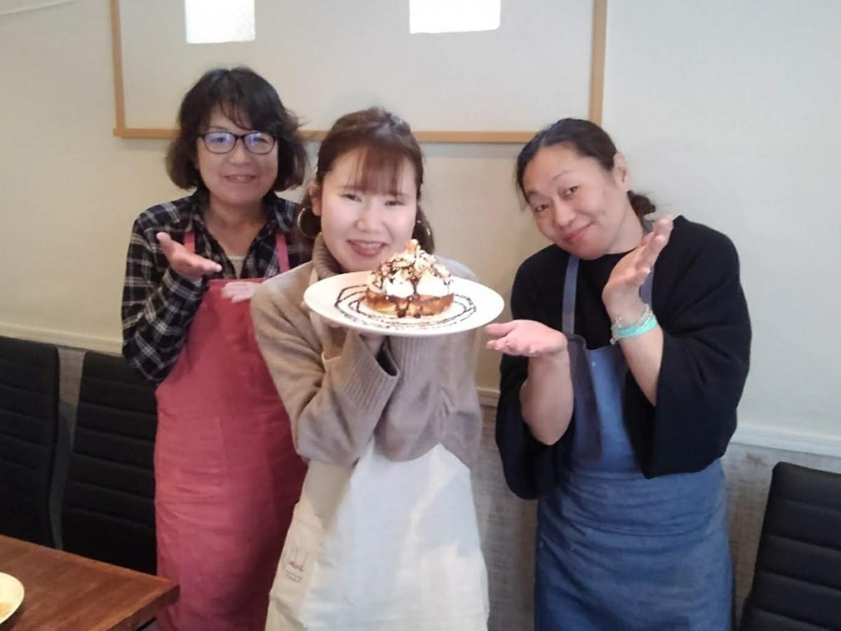 (左から)スタッフの渡辺のり子さん、北村万衣子さん、店主の荒木郁李さん