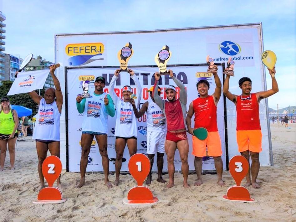 「ブラジル世界選手権」男子の部の表彰式。(右から)斉藤亮太選手、新城悠也選手(提供=日本フレスコボール協会)