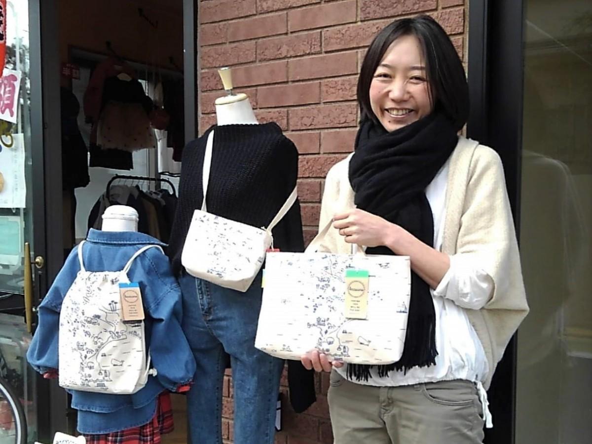(左から)新作ナップサック、ミニサコッシュ、レッスントートバッグを発表した「kaasuns」の代表、阿久津芳枝さん