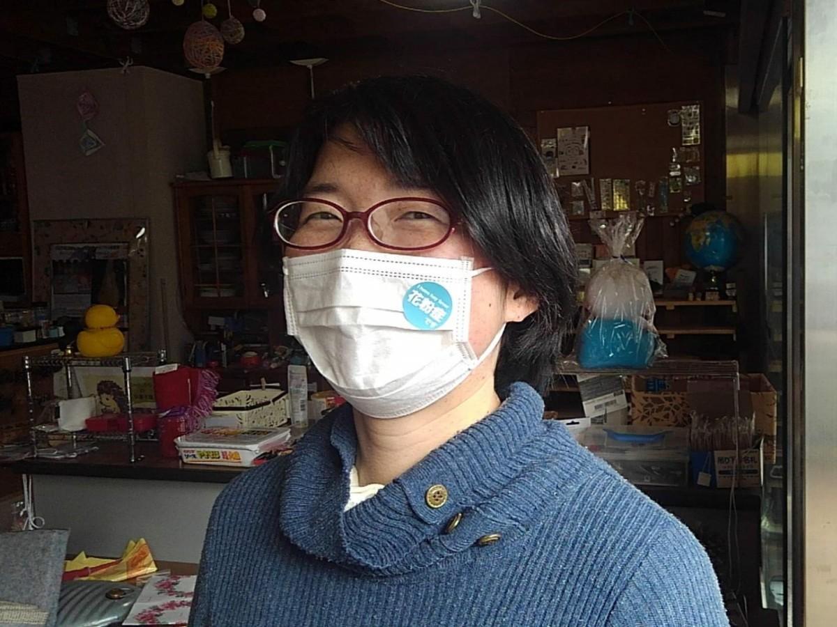 マスクに貼り、咳(せき)や鼻水の症状を誤解されないようにするシール(写真は、企画に共感した知人)