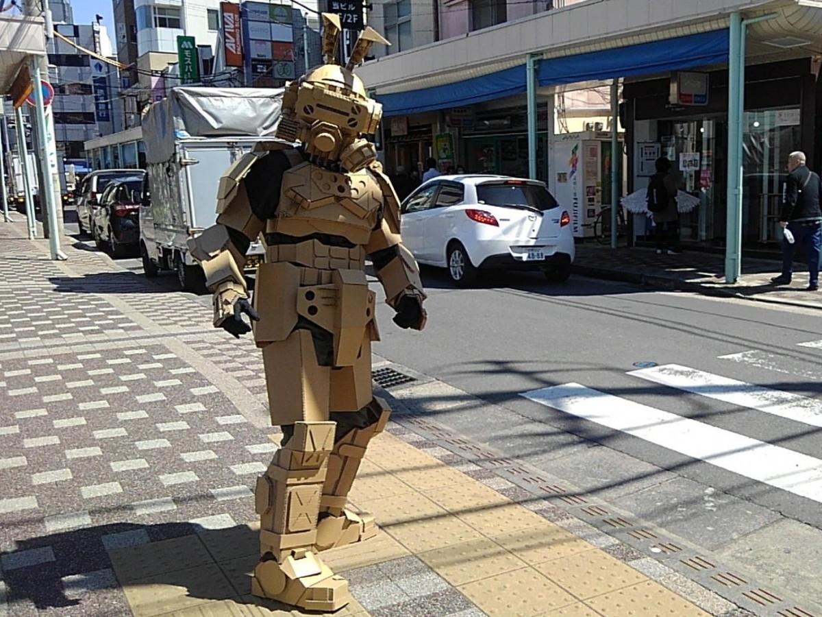 逗子銀座商店街に立つ「ダンボール戦士」