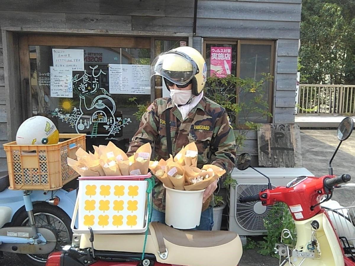 協力店の一つ「ひより食堂」に届ける「Flower Labo」の高橋真人さん