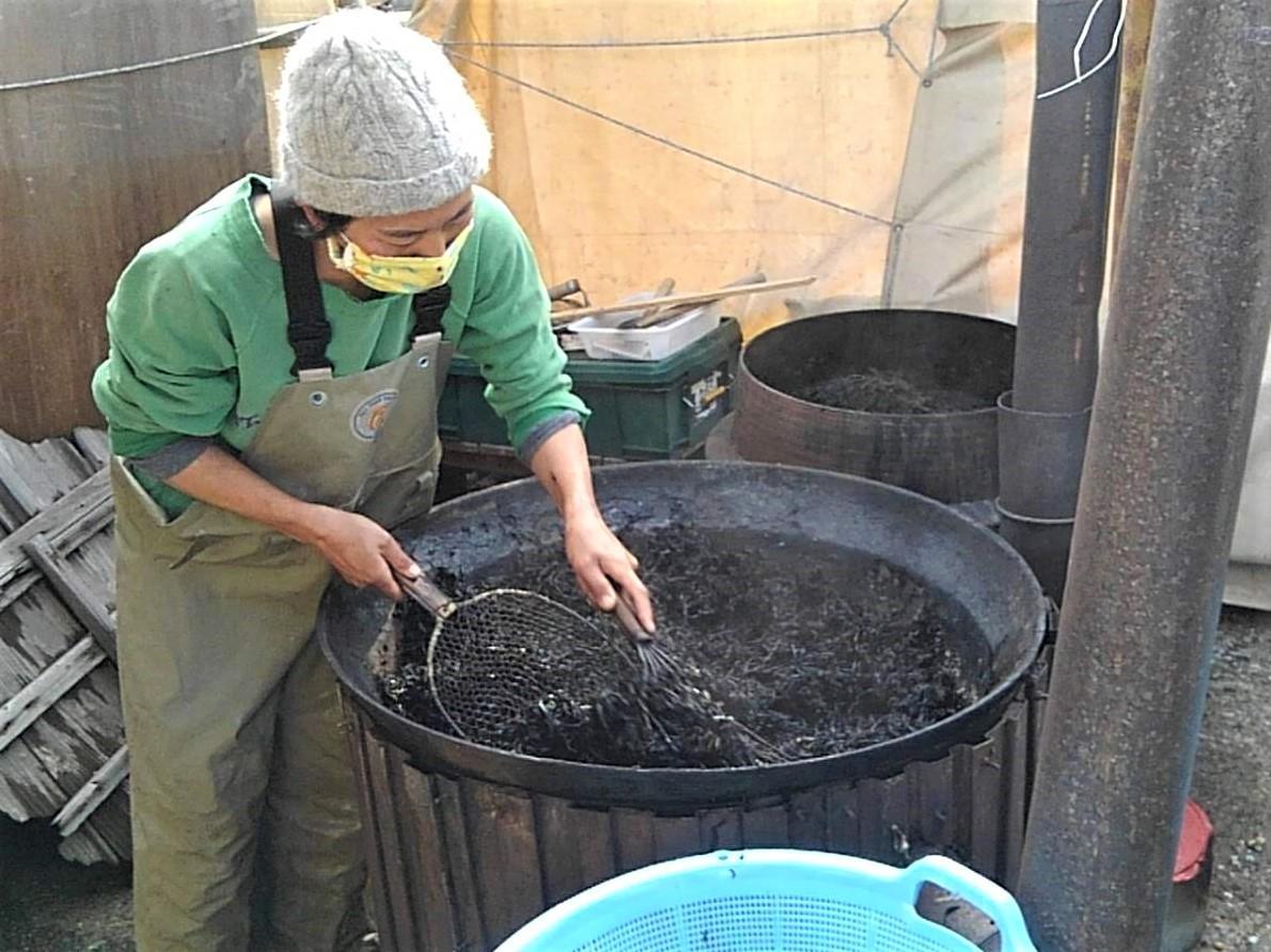 鉄窯でゆでたヒジキをザルに移す漁師の畠山晶さん