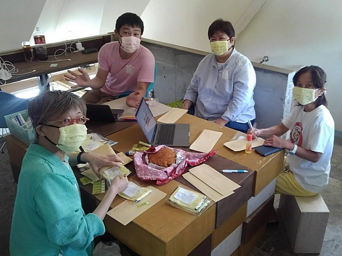 譲ったタオルで作られた「ありがとうマスク」を受け取りがてら、発送の手伝い。(左から)半田志野さん、加藤太一さん、野呂亜紀子さん、砂村恵津子さん