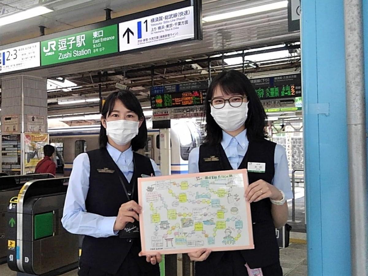 (左から)すごろくの製作を担当した熊倉麻実さんと絵を描いた太田明音さん
