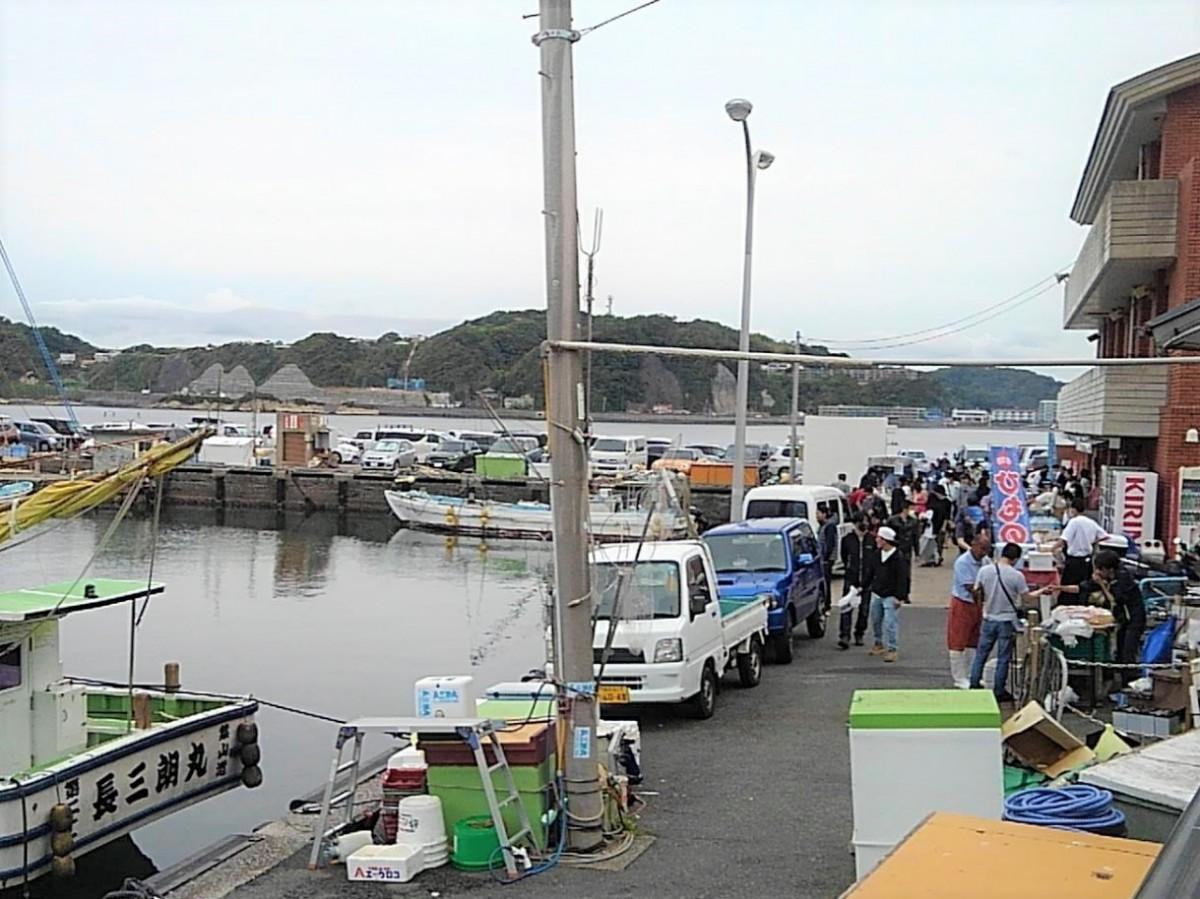 鐙摺(あぶずり)港の広場と葉山町漁業協同組合の建物が朝市の会場