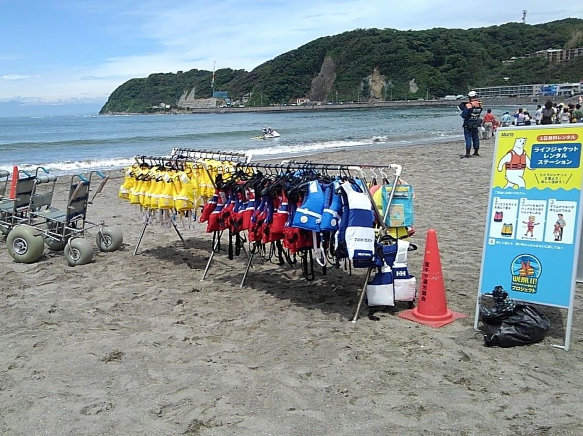 逗子市では安心安全な海水浴場「ファミリービーチ」をPRし、子ども用ライフジャケットの無料貸与なども行っていた(昨年6月の様子)