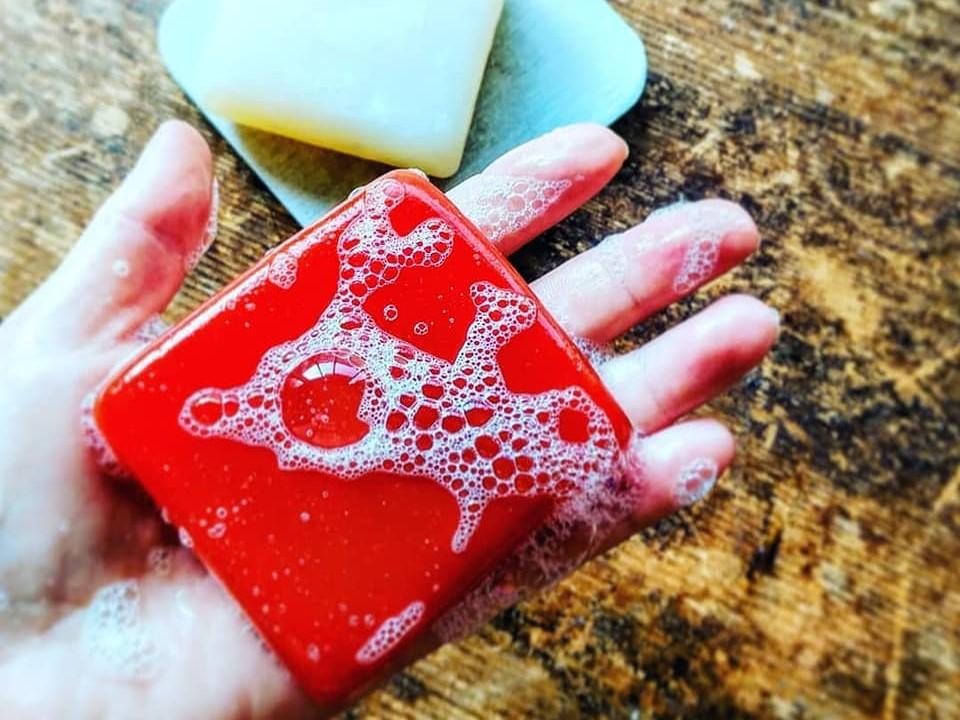 赤い色にもこだわった「糠(ぬか)と葉山ビーツの朝焼け色の無添加石鹸」(提供=3pmさんじ)