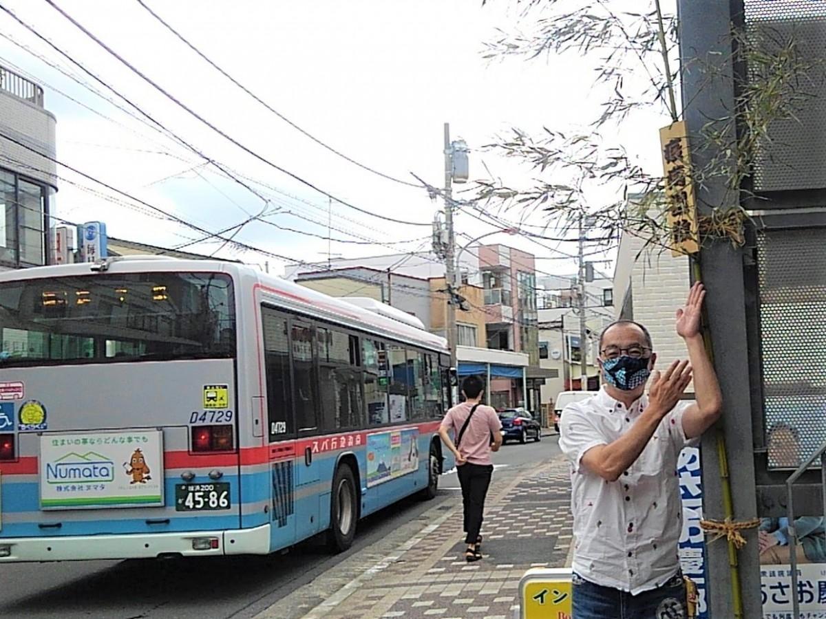 逗子市中央商店街連合会の近藤和善会長と逗子銀座商店街に立てられた「忌竹」