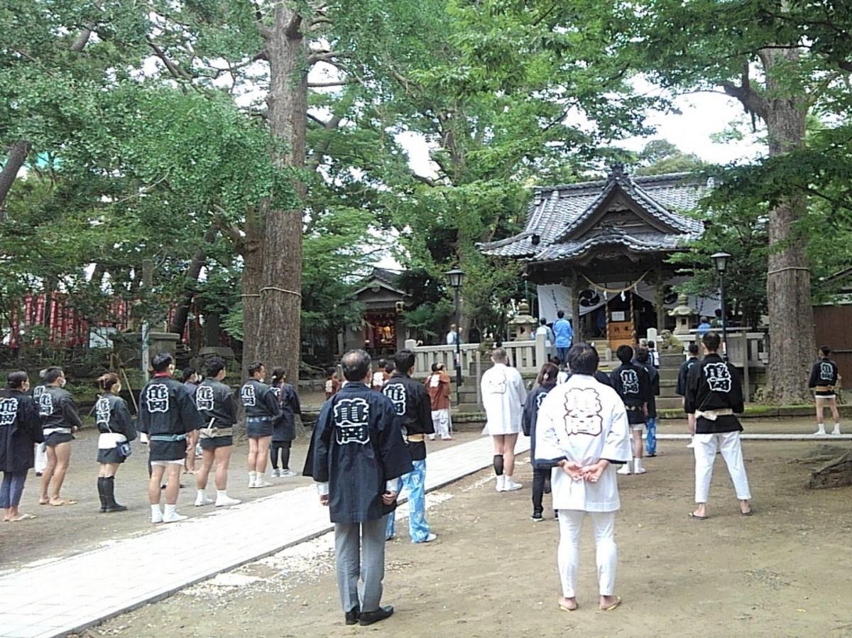 氏子世話役会、神輿(みこし)会、囃子(はやし)会、6商店街の会長らが社殿で行われている神事を見守る