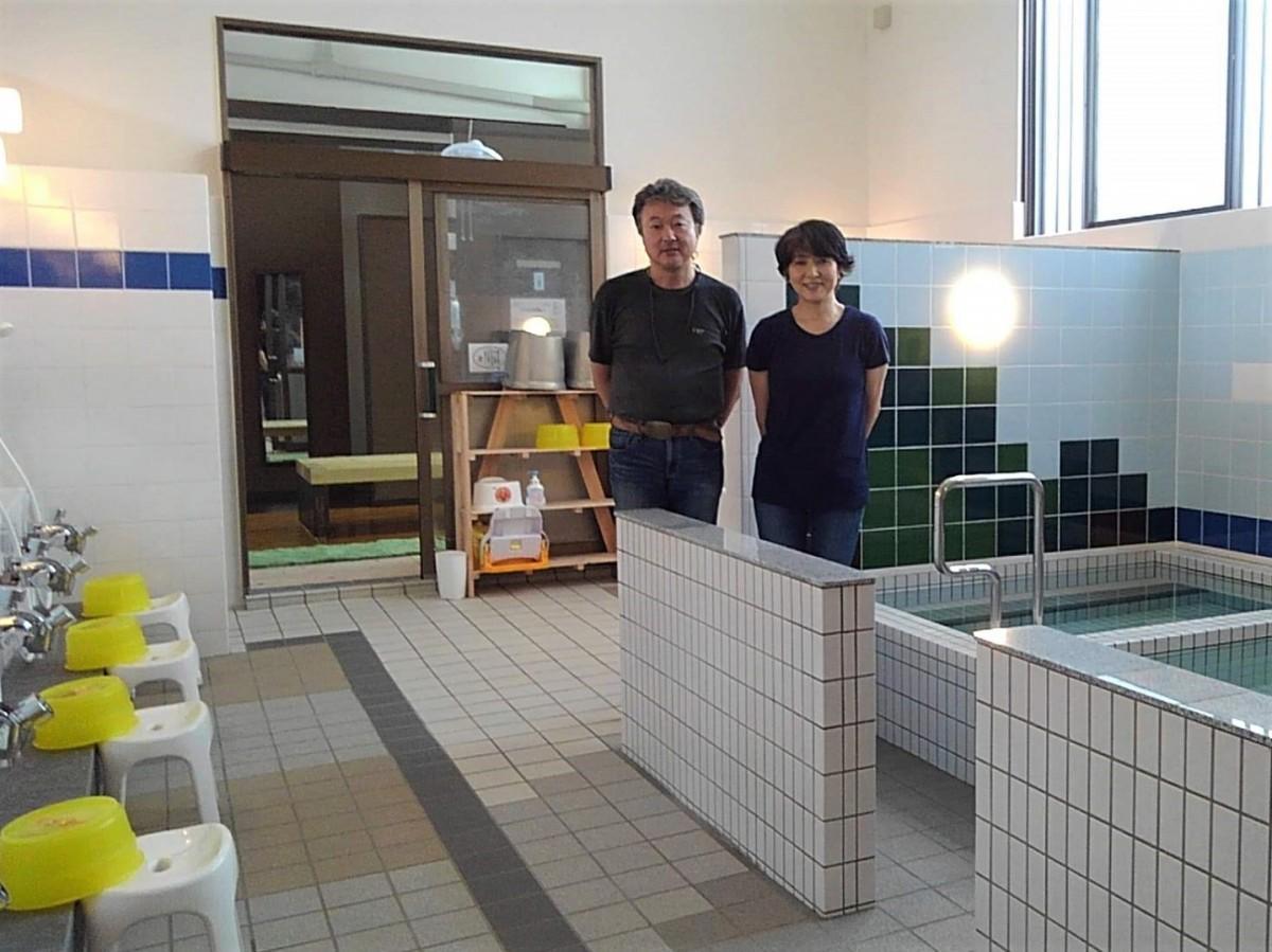 リニューアルオープンした男湯内で、唐澤三雄さん晴子さん夫婦
