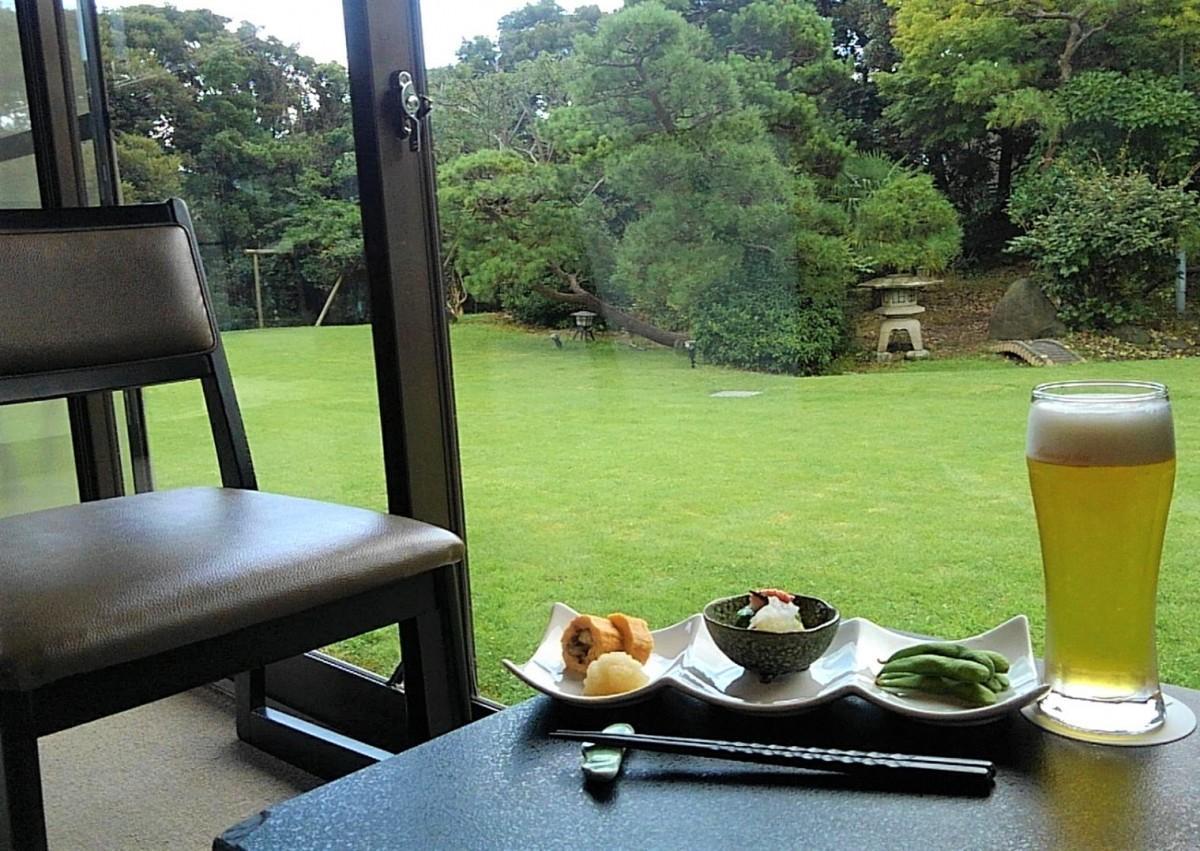 松の庭に面する「松汀園」大正館の客室の縁側で楽しめる「ちょい飲みセット」