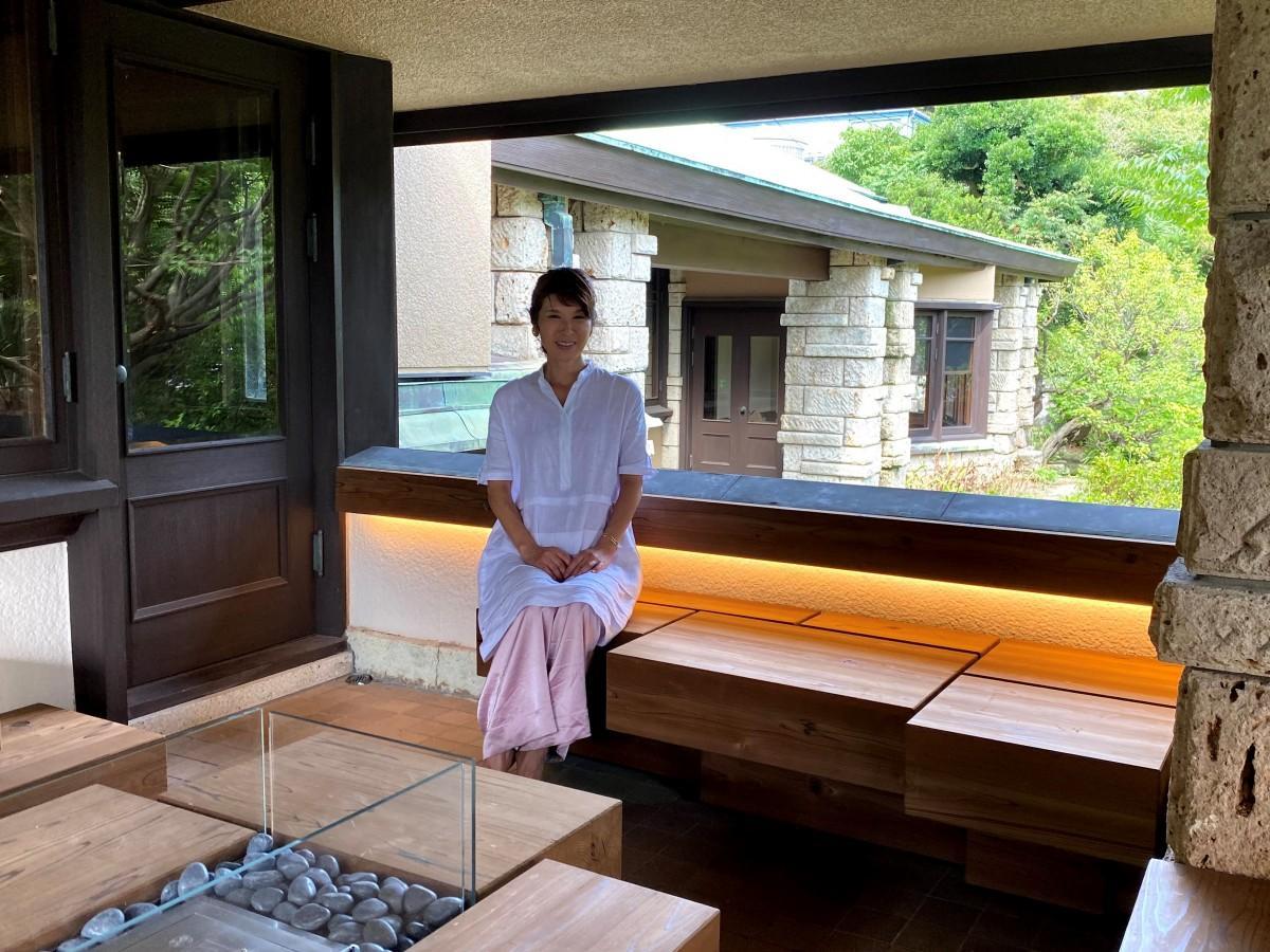 オーナーの武井雅子さん。テラスで