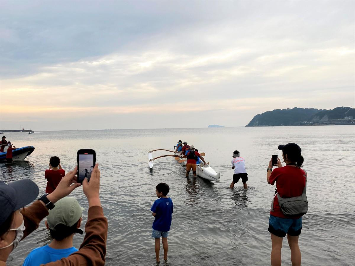 朝7時、保護者たちに見送られ、逗子海岸から小田原を目指す三浦豪太さんと子どもたち