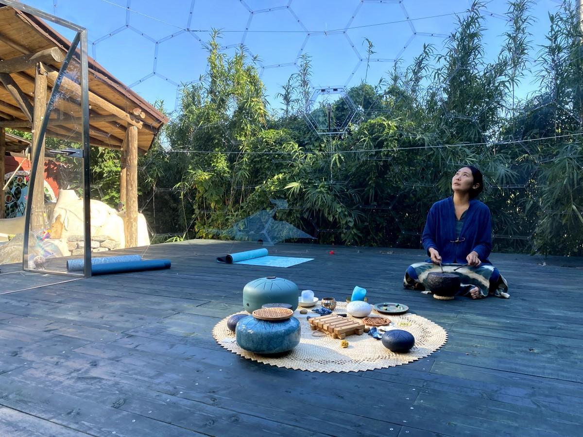 うみたま庵のオーナー奥村有子さん。クリスタルドームの中で