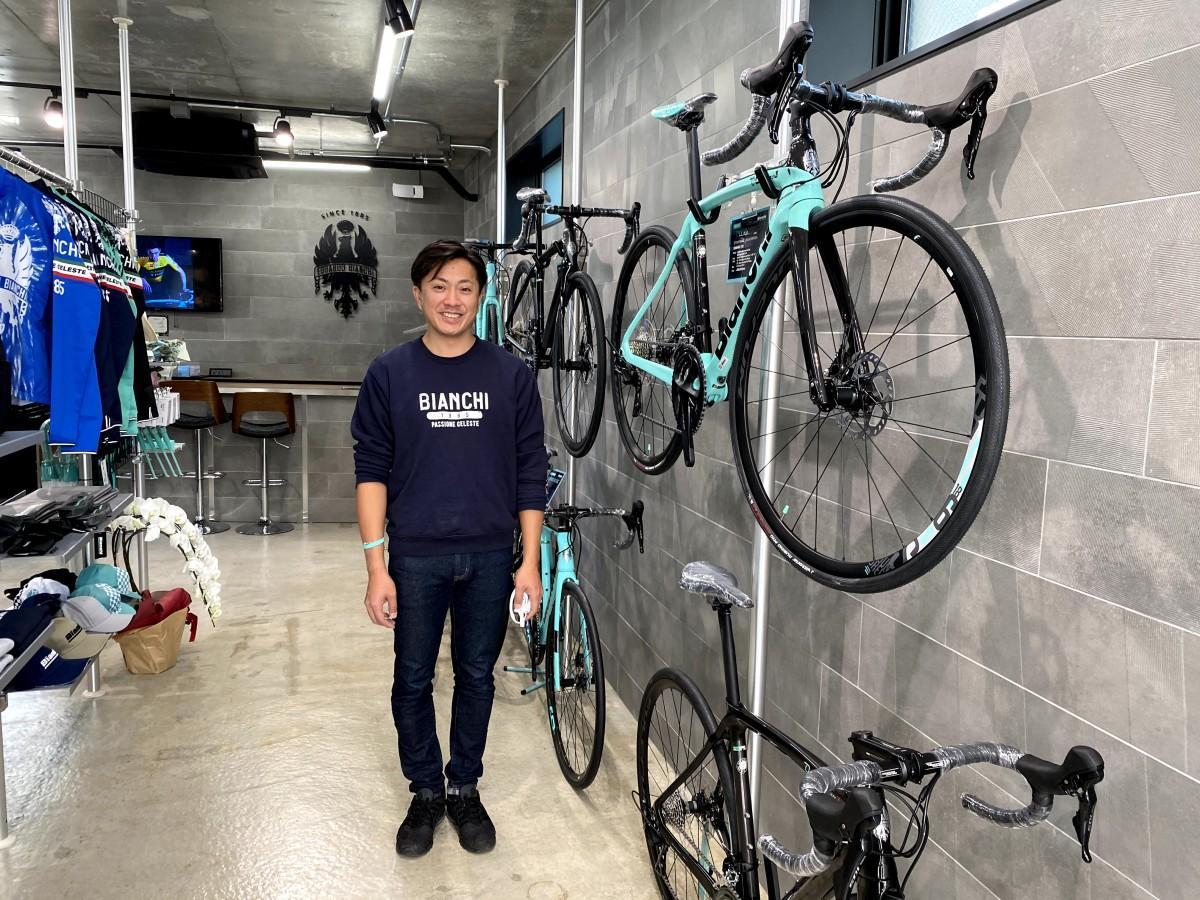 ストアマネジャーの松原武彦さん。新店舗「ビアンキバイクストア 逗子」内で