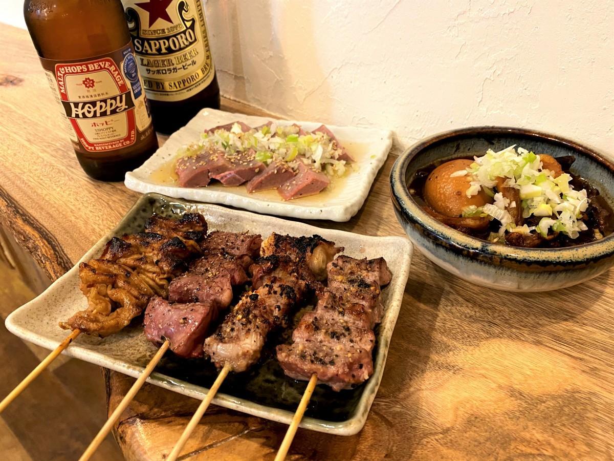 串焼き(左から、しろ、はつ、なんこつ、はらみ)、レバ刺、煮込み(煮玉子入)