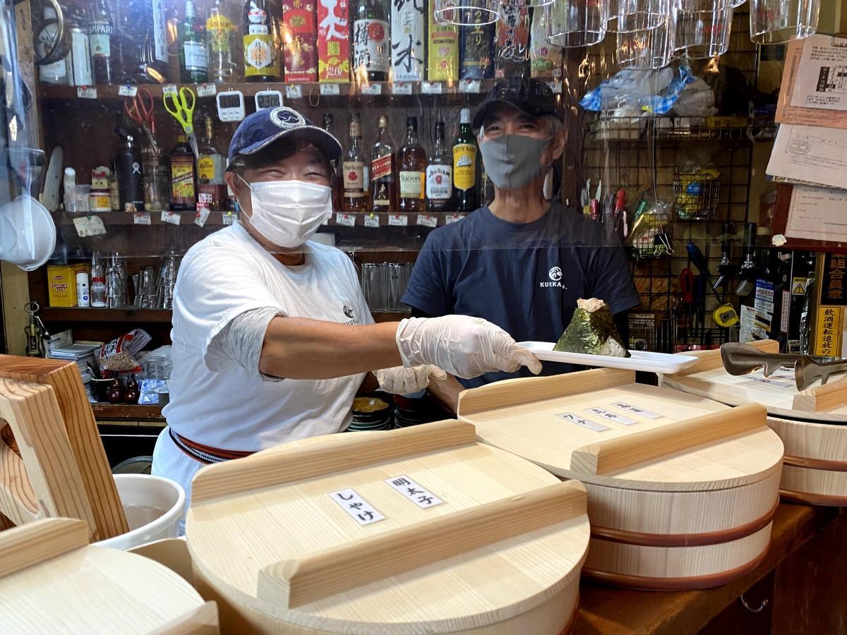 立ち飲み居酒屋の朝の部、五十嵐直人さんとスタッフの勝見浩子さん