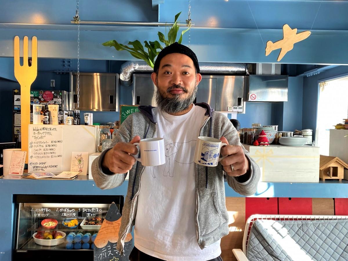 マグカップのデザインを手掛けた葉山在住のイラストレーター、holidayさん。経営する食堂・イベントスペース「HOLIZONTAL(ホリゾンタル)」で