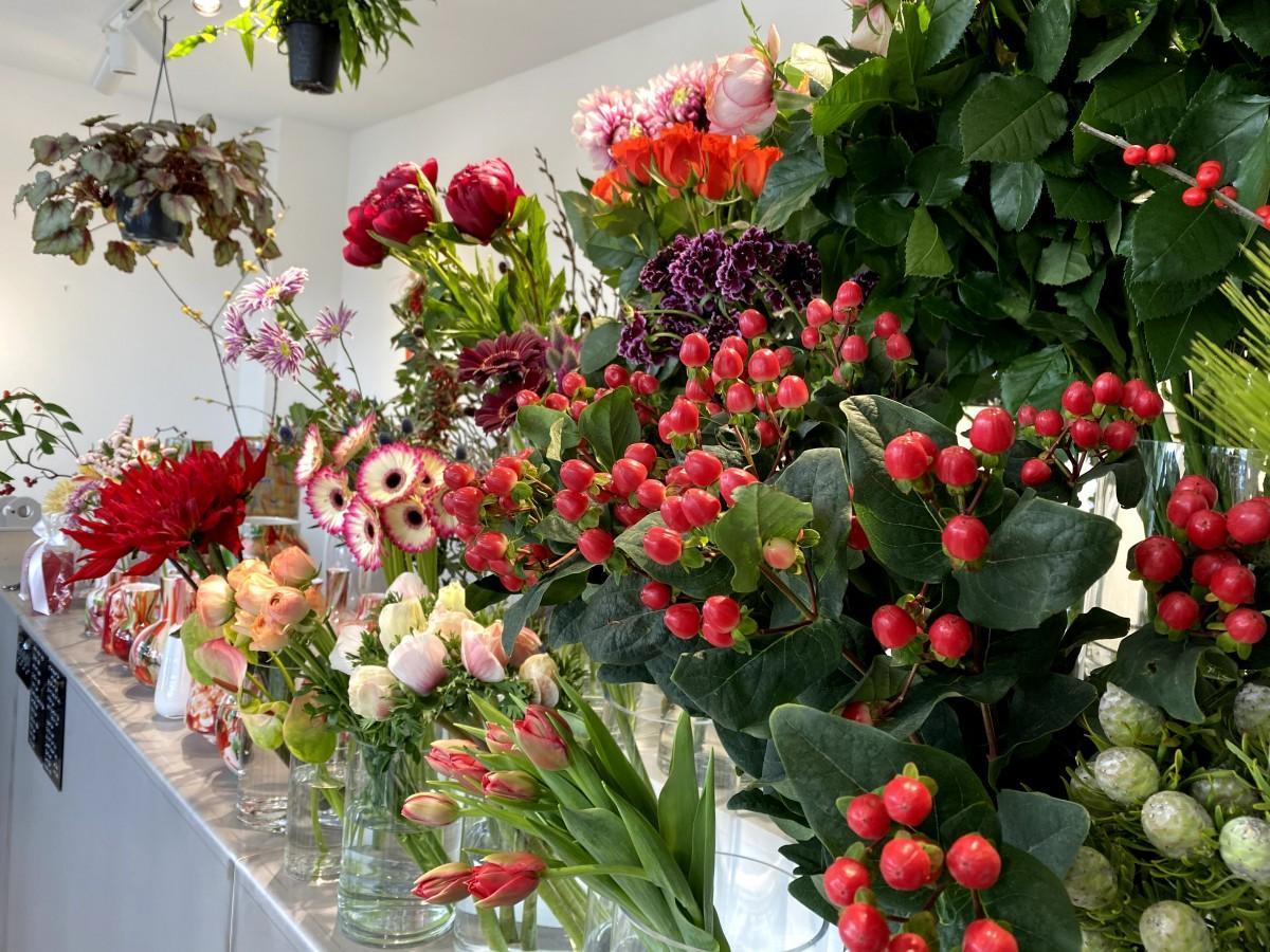 店内はバラ、ガーベラ、チューリップ、菊、アネモネなど赤い花が約15種類