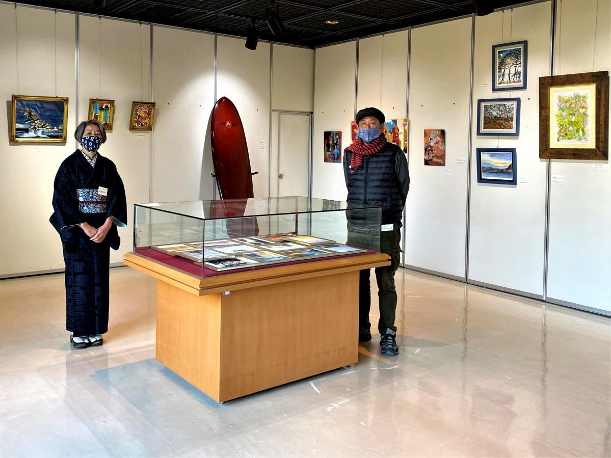 葉山しおさい公園の博物館1階ロビーで。(左から)手拭い作家の菅原恵利子さんとフォトグラファーのミヤジシンゴさん