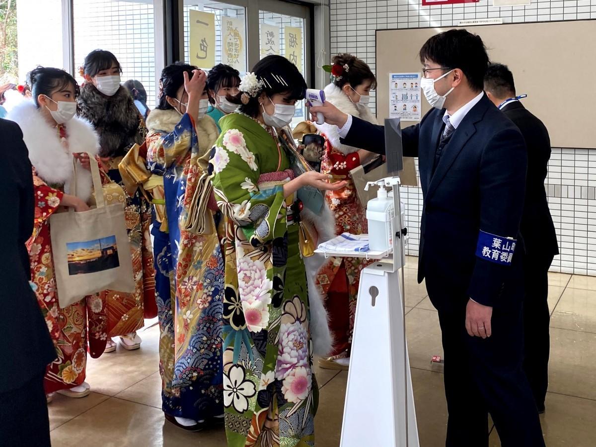 葉山町福祉文化会館で行われた成人式。会場入り口では検温と手指消毒
