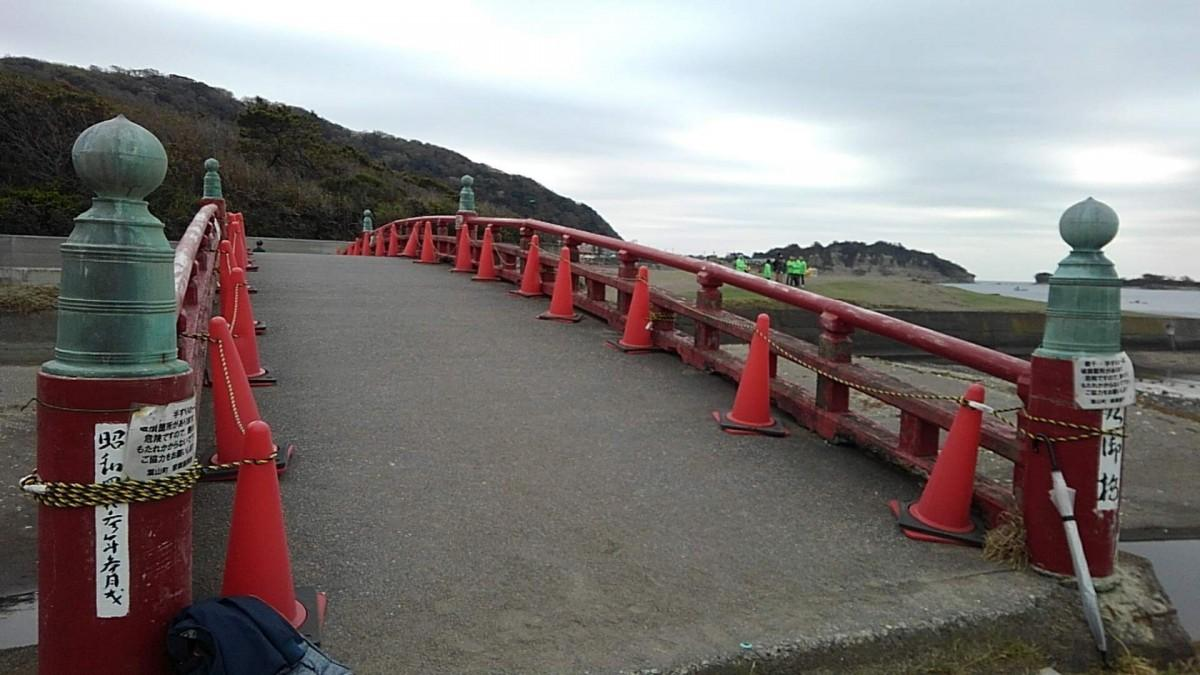 「葉山御用邸」そばの「臨御橋(りんぎょばし)」は上皇ご夫妻も利用されてきた(2019年3月、プロジェクト開始時に撮影)