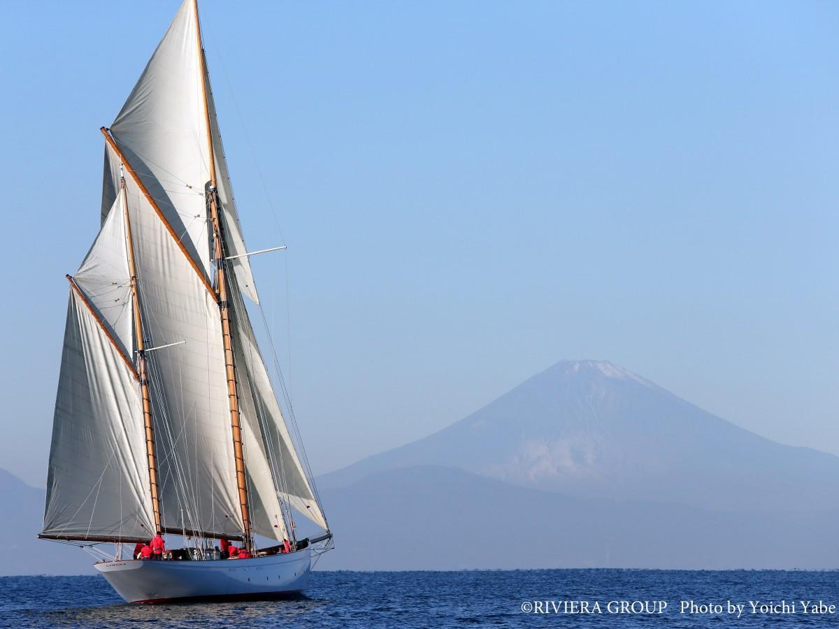 船齢約90余年の木造帆船シナ―ラが修復を終え、逗子・葉山沖を帆走(提供=リビエラグループ)