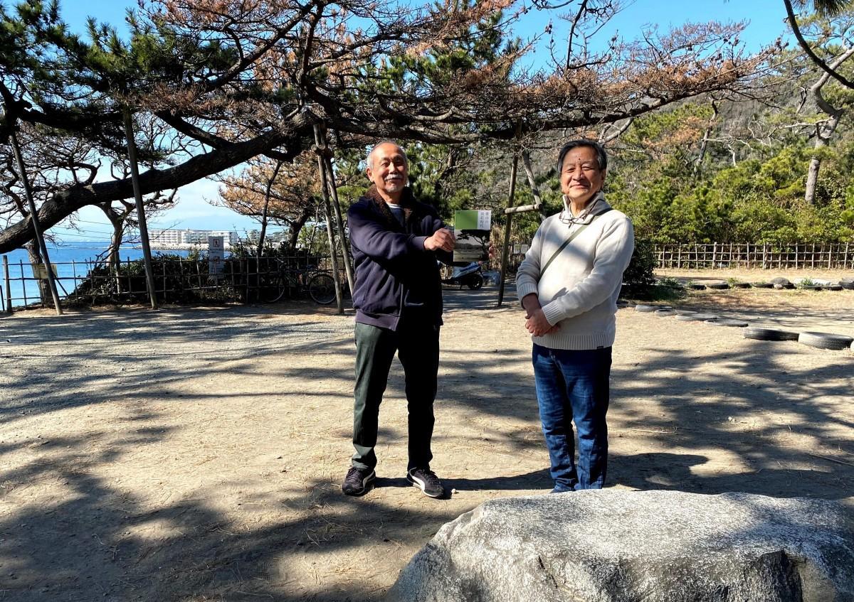 (左から)葉山環境文化デザイン集団の柳沢光二さんと辻吉隆さん。明治憲法草案作成に参与した金子堅太郎別荘の沓脱石の前で