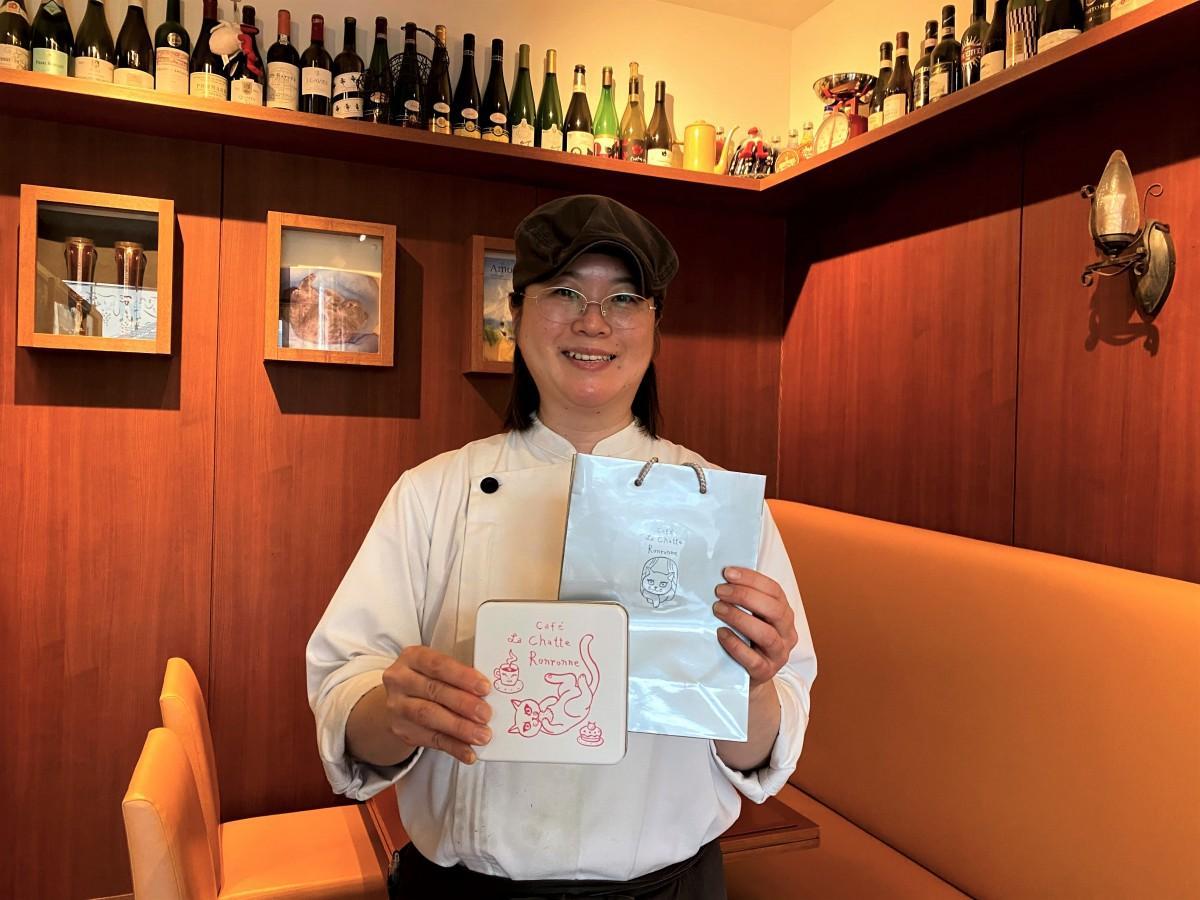 クッキー缶を手にする「カフェ ラ・シャット・ロンロン」オーナーの伊東恭子さん