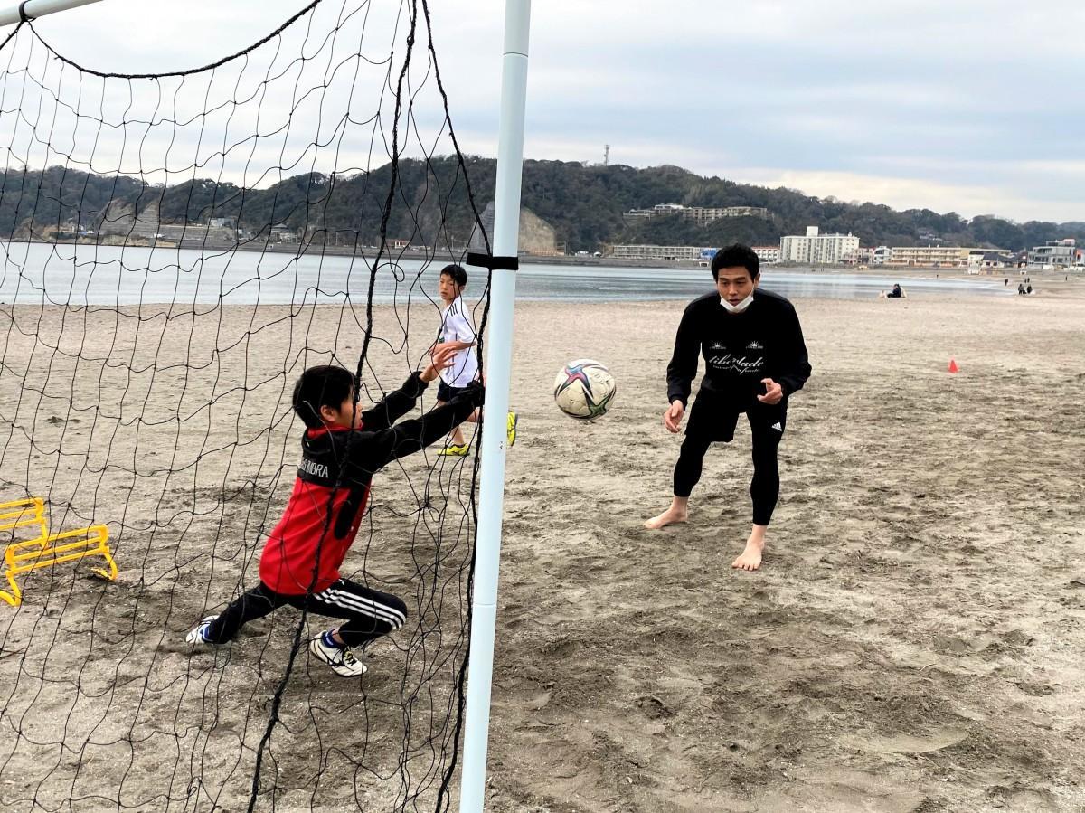 石渡良太さんがゴールキーパーの跳び方・シュートの止め方などを小学生に教える