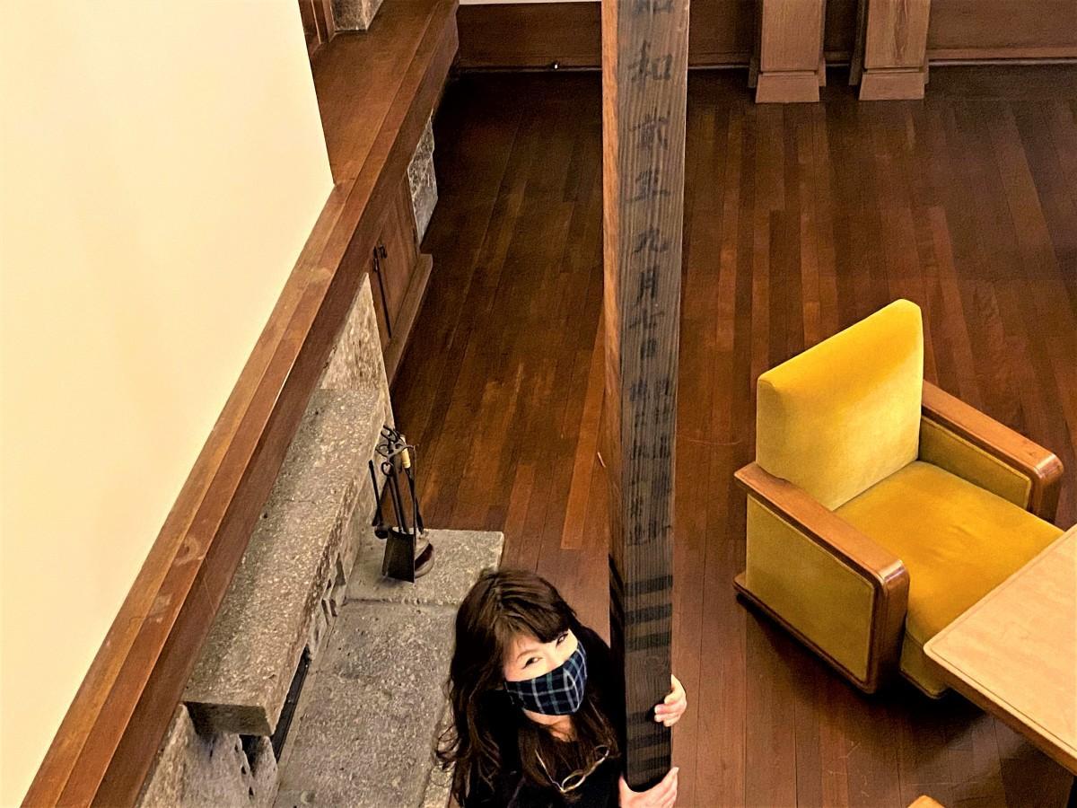 高さ3メートル20センチの弊串(へいぐし)を見上げる加地邸オーナーの武井雅子さん
