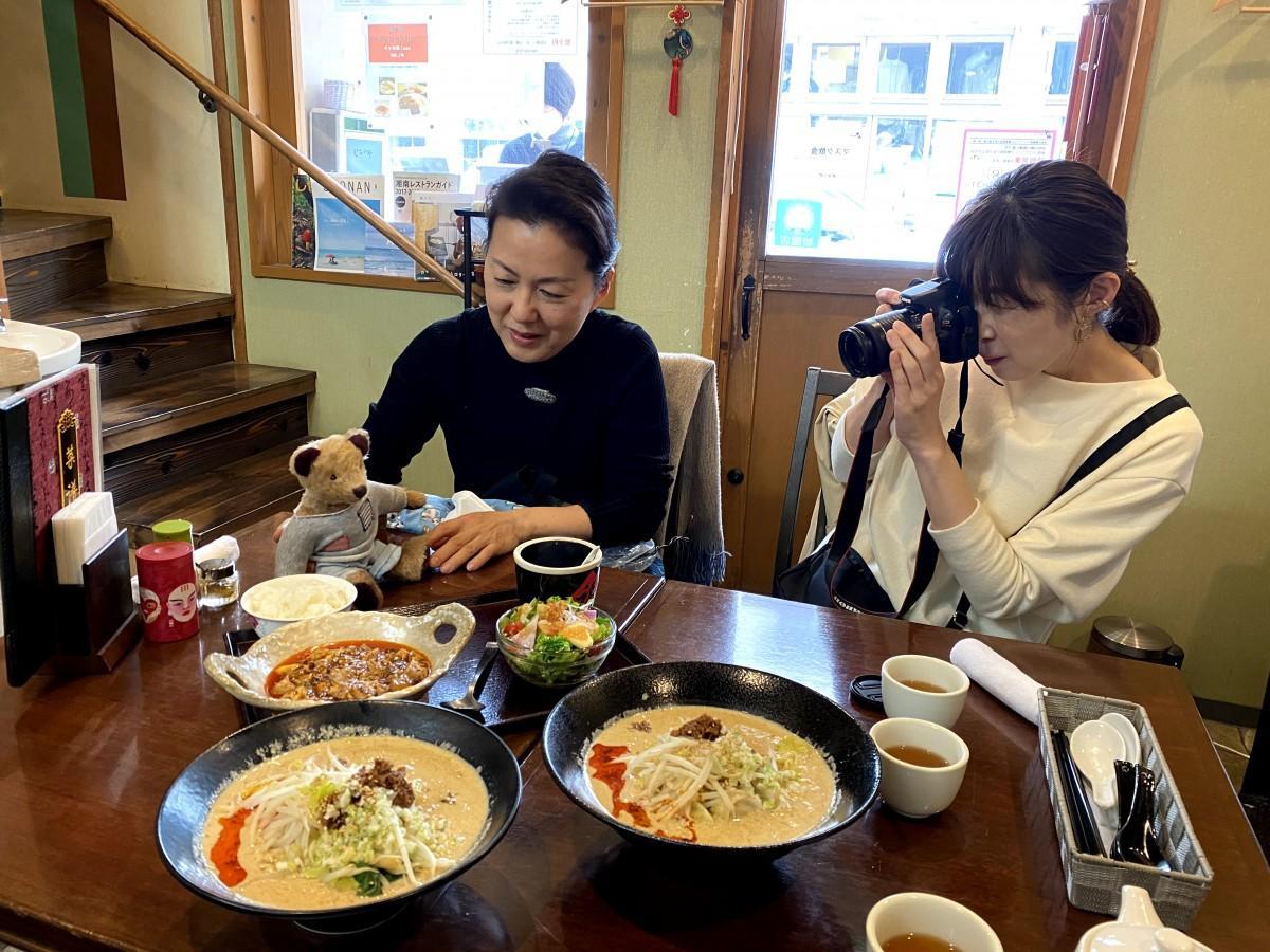 「ヨーキィさんの逗子旅」撮影中。(左から)絵本作家・おまたたかこさんとグッズプランナー・薮田美和さん